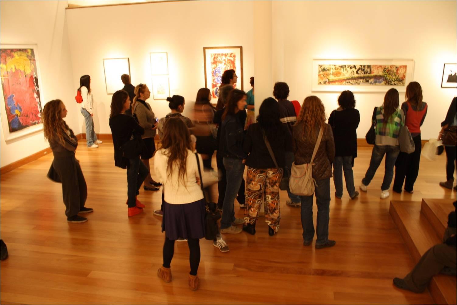 Alumnos en exposicón Beuys durante la visita guíada.