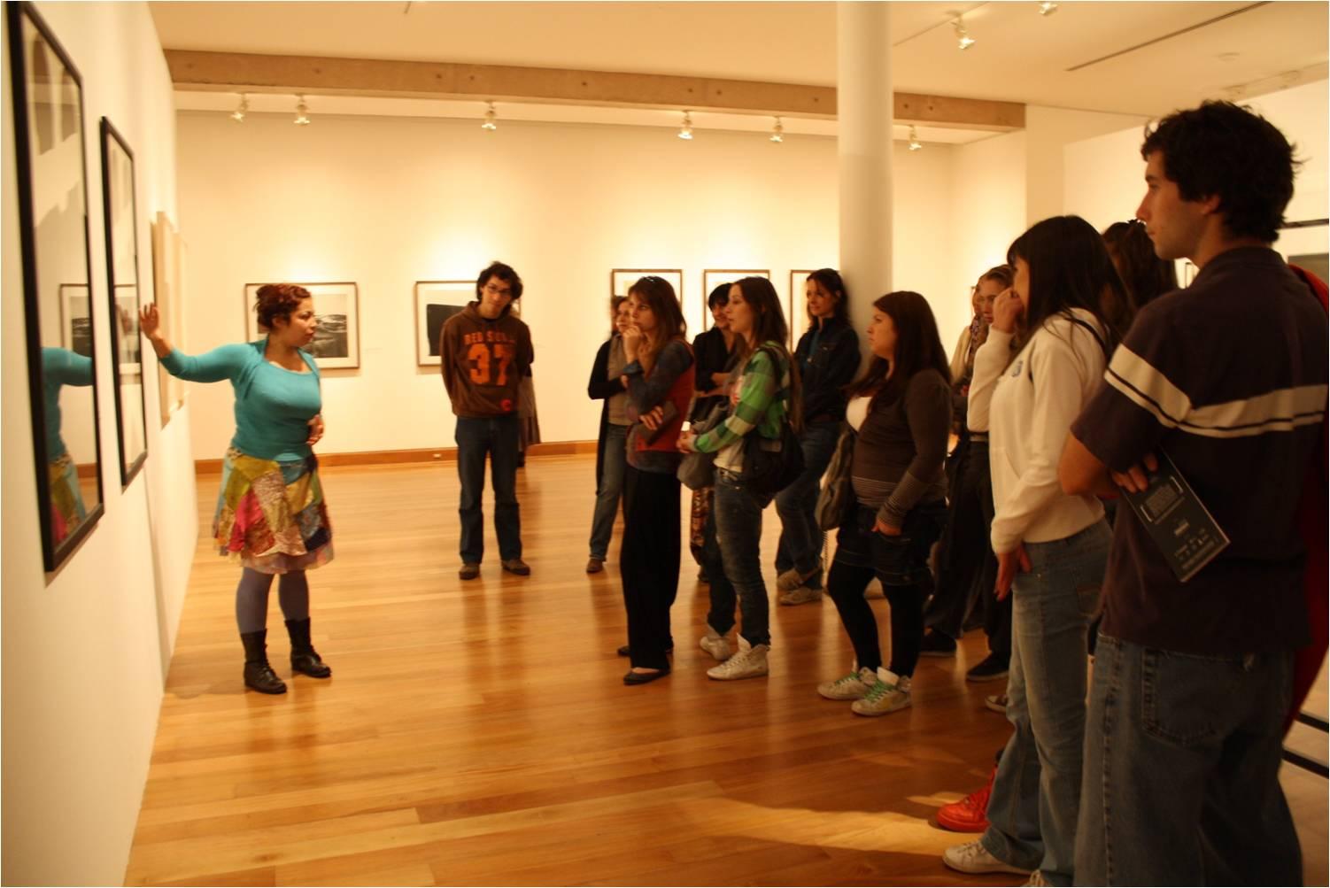 Alumnos escuela de Arte en visita guíada exposición Beuys.